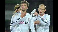 Arjen Robben při výměně názorů se spoluhráčm z Bayernu Thomasem Müllerem