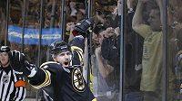 Centr Bostonu Bruins David Krejčí se raduje z gólu do sítě Vancouveru ve třetím zápase finále Stanleyova poháru.