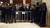 Policisté dohlížejí na fanoušky Komety Brno