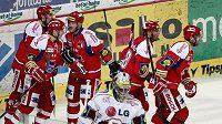 Hokejisté Českých Budějovic oslavují vstřelený gól na ledě Sparty.
