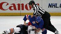 Sean Avery (nahoře) se bije s Ladislavem Šmídem z Edmontonu.