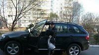 Boxer Alexej Tischenko a jeho BMW X5, které mu daroval ruský prezident