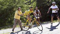 Thomas Voeckler při sjezdu na Tour de France vjel do dvora jednoho z domků v Alpách