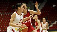 Česká basketbalistka Roman hejdová (v bílém) se snaží přejít přes soupeřku z Polska.