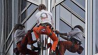 Alain Robert šplhá na nejvyšší budovu světa Burdž Chalífa.