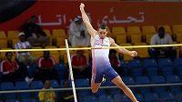 Roman Šebrle překonává laťku při sedmiboji na halovém MS v Dauhá.