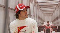 Fernando Alonso v garáži týmu Ferrari při Velké ceně Číny.
