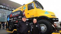 Karel (vlevo) a Aleš Lopraisovi spolu s Tatrou Jamal před odjezdem na další ročník Rallye Dakar.