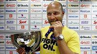 Tomáš Vokoun s pohárem a zlatou medailí z MS