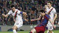 Dario Srna (vlevo) se marně snaží zastavit Lionela Messiho, po jehož přihrávce padl první gól Barcelony.