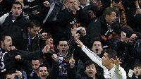 Cristiano Ronaldo oslavuje s fanoušky Realu Madrid branku.