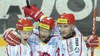 Hokejisté Třince (zleva) David Květoň, Martin Růžička a Radek Bonk oslavují gól v brance Slavie. Růžička se v pátém semifinálovém duelu blýskl čtyřmi přesnými zásahy.