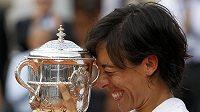 Italská tenistka Francesca Schiavone se mazlí s trofejí pro vítězku French Open.