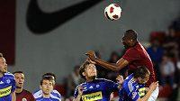 Léonard Kweuke střílí vedoucí gól Sparty do sítě Olomouce.