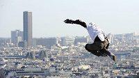 Za zády Sacré-Coeur, pod sebou střechy Paříže. Taig Khris při úspěšném pokusu o nejdelší skok na kolečkových bruslích.