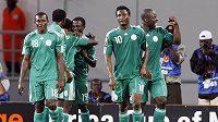 Fotbalisté Nigérie se radují z branky proti Mozambiku.