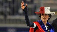 Martina Sáblíková zdraví diváky po triumfu na trati 5000 metrů na olympijských hrách ve Vancouveru.