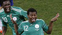 Nigerijský záložník Kalu Uche (vpravo) oslavuje branku vstřelenou do sítě Koreje.