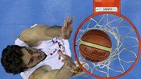 Španělský basketbalista Pau Gasol skóruje v zápase s Makedonií
