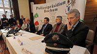 Zástupci policie, prokuratury a UEFA při tiskové konferenci k sázkařskému gangu, který manipuloval zápasy v evropských ligách i pohárech.
