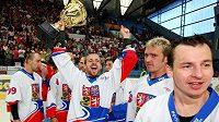 Ilustrační foto. Hokejbaloví mistři světa si oslavy s pohárem vychutnali.