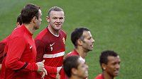 Wayne Rooney (druhý zleva) střílí v nejvyšší anglické soutěži o sto šest