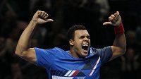 Jo-Wilfried Tsonga jásá po vítězství nad Rafaelem Nadalem.