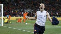 Španěl Iniesta šílí nadšením. V nastaveném čase dal Nizozemcům gól a rozhodl finále mistrovství světa.