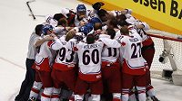 Čeští hokejisté se radují z vítězství nad Ruskem ve finále mistrovství světa v Německu.