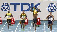 Zklamaný Usain Bolt (druhý zprava) ulil start ve finálovém běhu na 100 metrů na světovém šampionátu v Tegu.