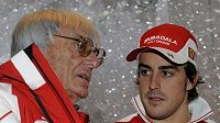 Bernie Ecclestone (vlevo) hovoří s pilotem Ferrari Fernandem Alonsem.