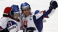 Slovenský hokejista Marek Zagrapan slaví s týmovým kolegou Richardem Lintnerem gól do sítě Běloruska.