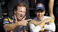 Týmová radost. Sebastian Vettel a šéf Red Bullu Christian Horner. Za necelé dva týdny možná budou slavit úspěšnou obhajobu titulu.