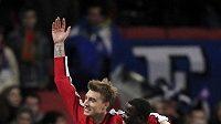 Nicklas Bendtner (vlevo) se raduje se svým spoluhráčem Emmanuelem Ebouém z branky.