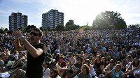 Diváci se dívají na průběh Wimbledonu na Henmanově pahorku.