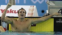 Ryan Lochte z USA slaví nový světový rekord na MS v Dubaji.