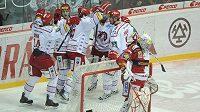Hokejisté Třince jásají, gólman Slavie Miroslav Kopřiva reaguje na inkasovaný gól sklopenou hlavou.