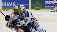 Hráči Pardubice (zleva) Daniel Rákos Jan Buchtele se radují z postupu.