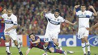 Klasický obrázek ze semifinálové odvety. Lionel Messi padá k zemi po marném souboji s obranou Interu.