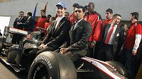 Synovec trojnásobného mistra světa Bruno Senna z Brazílie (vlevo) a Ind Karun Čandhok pózují před monopostem stáje HRT