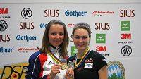 Střelkyně Kateřina Emmons a Adéla Sýkorová s medailemi z Mnichova.