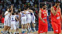 Basketbalisté Srbska (vlevo) oslavují výhru na MS nad Španělskem