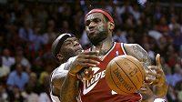 Cleveland Cavaliers LeBron James (R) z Clevelandu v zápase s Miami.