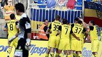 Fotbalisté Sparty se radují z branky do plzeňské sítě.