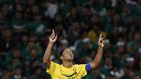 Brazilec Ronaldinho se raduje z gólu do sítě Mexika.