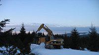 Bagry odváží sníh z chráněné lokality - ilustrační fotografie.
