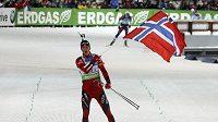 Norský biatlonista Tarjei Bö finišuje do cíle během štafetového závodu na mistrovství světa v Chanty Mansijsku.