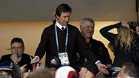 Wayne Gretzky rozdává podpisy fanouškům