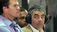 Britský herec Rowan Atkinson (vpravo) sleduje v zázemí týmu McLaren Velkou cenou Indie formule 1.
