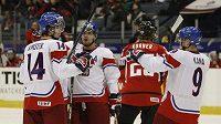 Čeští hokejisté do 20 let se radují z branky do sítě Rakouska.